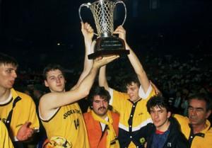 Dino Radja levantando la Copa de Europa con la Jugoplastika de Split