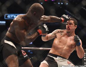 Hall golpeando a Whittaker